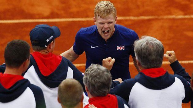 Britský tenista Kyle Edmund (vzadu) slaví s ostatními členy týmu postup do semifinále Davisova poháru.