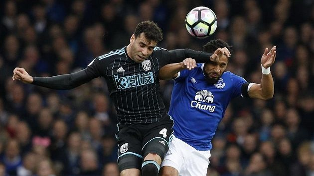 Ashley Williams (vpravo) z Evertonu v souboji s Halem Robsonem Kanu z WBA.