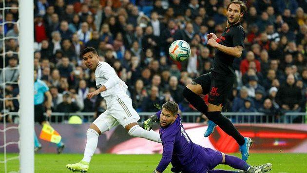 Český brankář Tomáš Vaclík kapituluje, fotbalista Realu Madrid Casemiro mířil přesně.