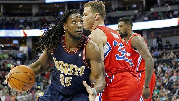 Kenneth Faried (vlevo) z Denveru uniká Blakeu Griffinovi (č. 32) z Los Angeles Clippers.