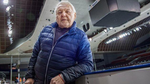 """Jan """"Gusta"""" Havel ve slavném hokejovém stánku v Holešovicích."""