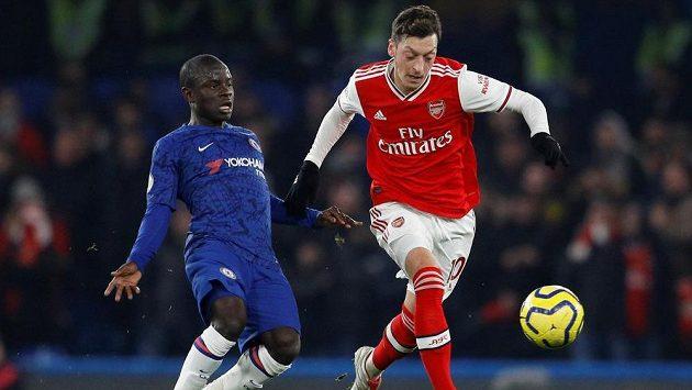 Mesut Özil (vpravo) z Arsenalu a N'Golo Kante z Chelsea.