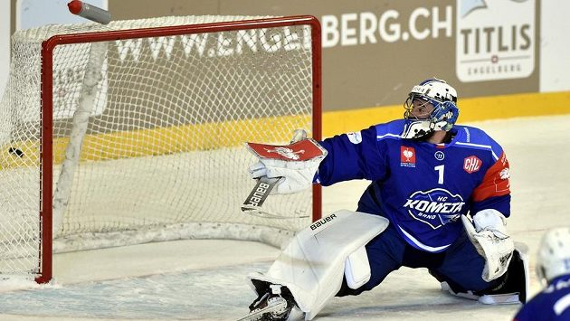 Brankář Brna Marek Čiliak inkasuje gól utkání čtvrtfinále play off hokejové Ligy mistrů proti Jyväskylä.