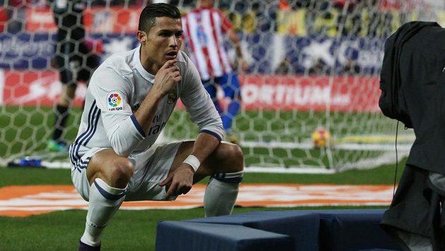 Útočník Realu Madrid Cristiano Ronaldo slaví jeden ze svých gólů proti Atlétiku.