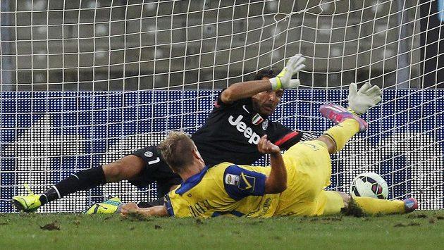 Brankář Juventusu Gianluigi Buffon zasahuje proti Maximilianu Lópezovi z Chieva.