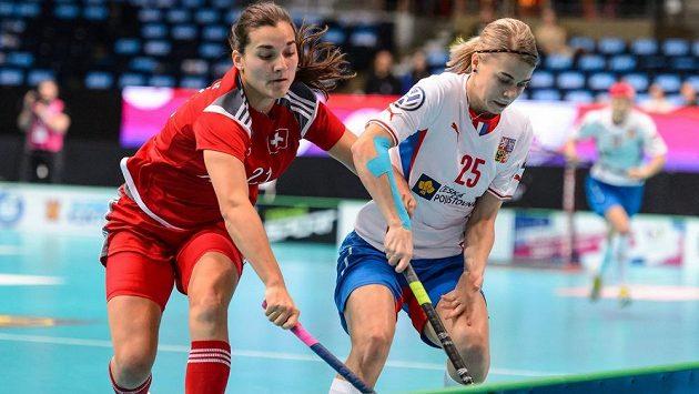 Eliška Vrátná (vpravo) v souboji se Švýcarkou Corin Rüttimannovou.