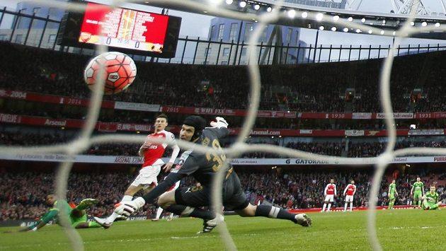 Brankář Arsenalu Petr Čech se ohlíží za balónem, který směřuje do brány.