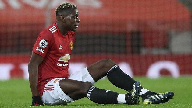 Paul Pogba z Manchesteru United po zranění v utkání s Evertonem.