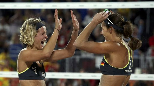 Radující se německé plážové volejbalistky Laura Ludwigová a Kira Walkenhorstová.