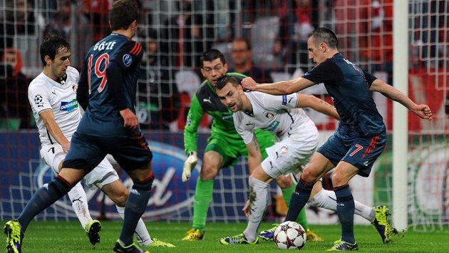 Plzeňský záložník Radim Řezník (druhý zprava) a Franck Ribéry z Bayernu v duelu Ligy mistrů.