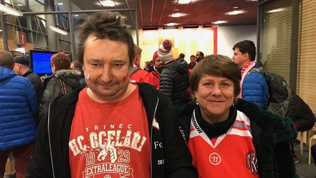 Třinecký fanoušek Jiří Kantor s manželkou Irenou na letišti ve finském Jyväskylä.