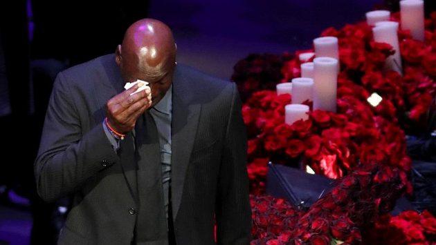 Se zesnulou hvězdou Los Angeles Lakers Kobe Bryantem se přišly do haly Staples Center rozloučit tisíce lidí. Smutná chvíle rozplakala i legendárního Michaela Jordana.
