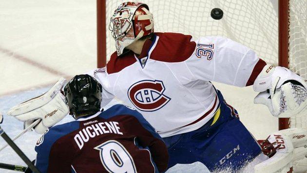 Centr Colorada Matt Duchene se už radoval, že překonal Careyho Price v brance Montrealu. Puk však v síti neskončil.