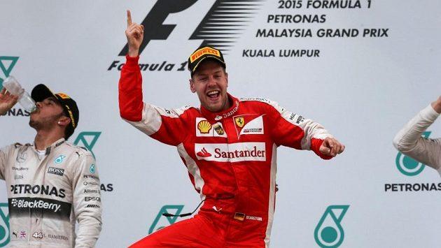 Takhle juchal Sebastian Vettel po triumfu v Malajsii. Bude se Ferrari radovat i v Rakousku?