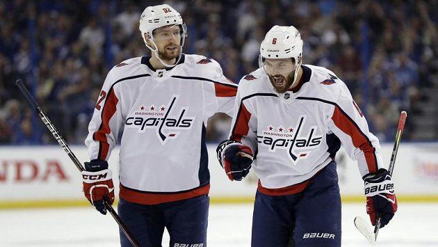Hokejista Washingtonu Capitals Michal Kempný (vpravo) se spoluhráčem Jevgenijem Kuzněcovem
