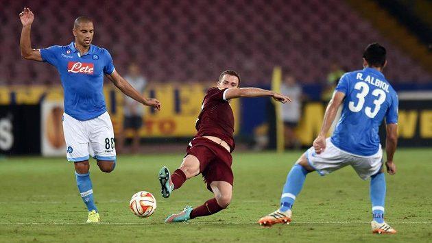 Sparťanský záložník Josef Hušbauer (uprostřed) bojuje o míč s neapolskými hráči Gökhanem Inlerem (vlevo) a Raúlem Albiolem.