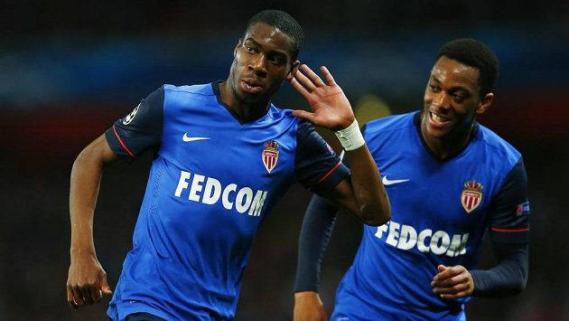 Geoffrey Kondogbia (vlevo) a Anthony Martial z Monaka oslavují gól proti Arsenalu.