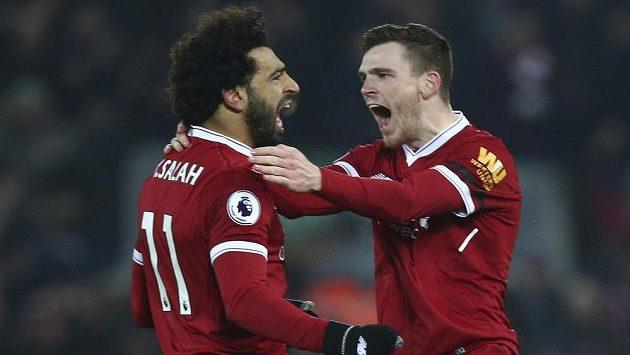 Liverpoolští Andrew Robertson (vpravo) a Mohamed Salah slaví čtvrtý gól.