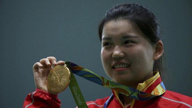 Sportovní střelkyně Čang Meng-süe slaví na olympiádě v Riu zlato ve vzduchové pistoli.