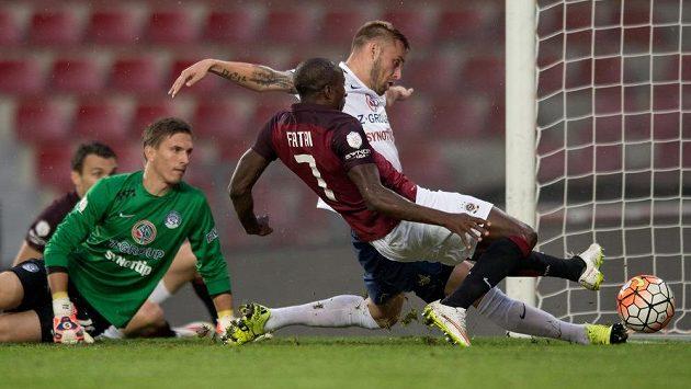 Útočník Sparty Kehinde Fatai střílí gól na 1:0 proti Slovácku.