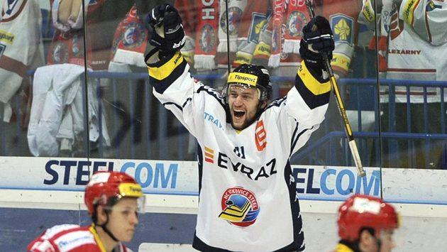 Petr Kolouch (Vítkovice) se raduje z prvního gólu svého týmu proti Třinci.