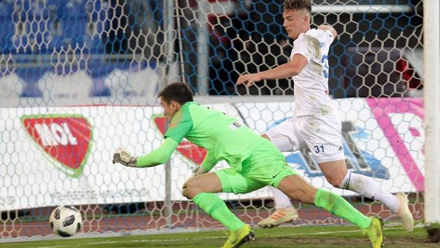 Zleva brankář Liberce Filip Nguyen a Ondřej Šašinka z Ostravy v gólové šanci během čtvrtfinále poháru.