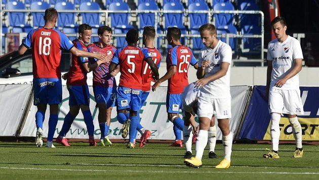 Hráči Plzně se radují z prvního gólu proti Baníku.