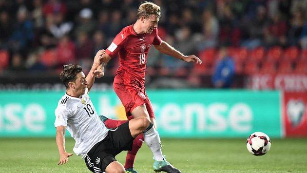 Mesut Özil skluzem zasahuje před dotírajícím Ladislavem Krejčím.