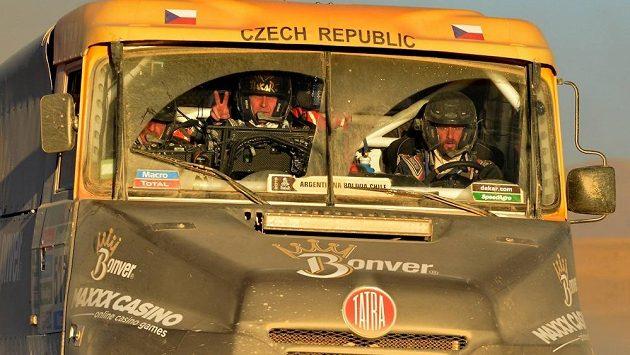 Tomáš Vrátný (vpravo) v kabině kamónu Tatra při Rallye Dakar 2015.