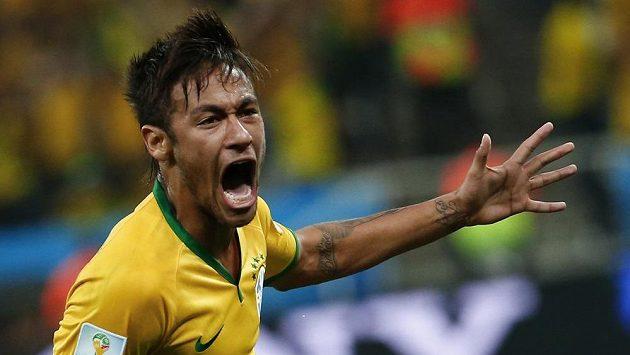 Brazilec Neymar oslavuje gól proti Chorvatsku.
