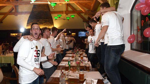 Fotbalisté Sparty Praha oslavují zisk titulu pro mistra Gambrinus ligy.