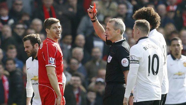 Liverpoolský Steven Gerrard se neslavně poroučí ze hřiště...