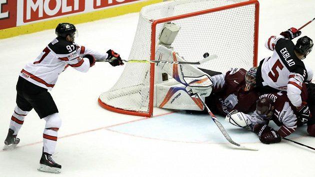 Kapitán kanadského týmu Connor McDavid střílí v prodloužení vítězný gól v utkání s Lotyšskem.