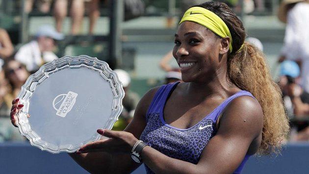 Americká tenistka Serena Williamsová s trofejí pro vítězku turnaje ve Stanfordu.