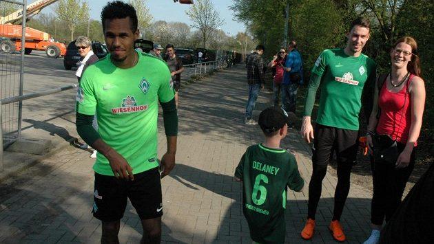 Brankář Werderu Brémy Jiří Pavlenka se po tréninku fotí s fanoušky. Vlevo obránce Theodor Gebre Selassie.