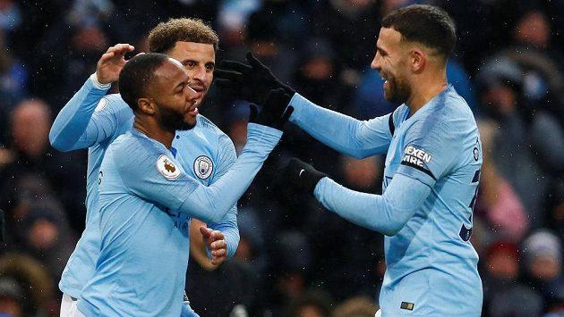 Fotbalisté Manchesteru City se radují z gólu.