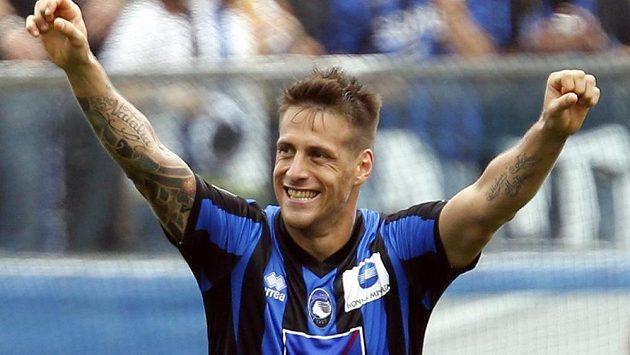Germán Gustavo Denis z Atalanty Bergamo slaví svoji trefu proti AC Milán.