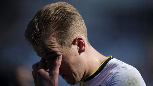 Fotbalista Tottenhamu Harry Kane odchází zklamaný ze hřiště po remíze s Burnley.