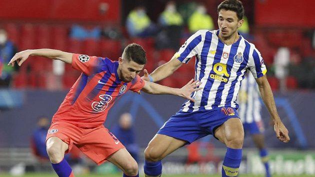 Záložník anglické Chelsea Jorginho (vlevo) v souboji o míč s Markem Grujičem z Porta během čtvrtfinálového zápasu Ligy mistrů.