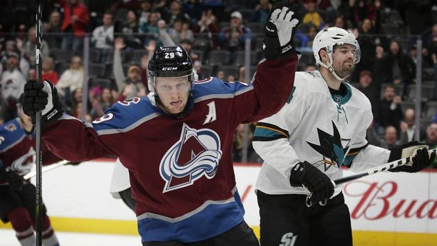 Centr Colorada Nathan MacKinnon (29) slaví gól do branky San Jose.