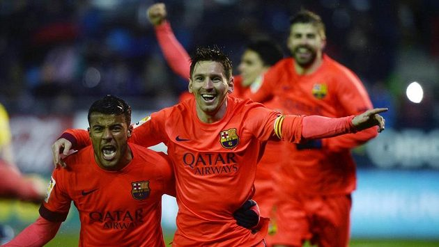 Fotbalisté Barcelony Rafael Alcantara (vlevo) a Lionel Messi se radují z gólu.