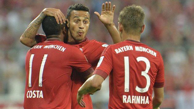 Thiago Alcantara (uprostřed) a jeho spoluhráči Douglas Costa s Rafinhou se radují ze vstřeleného gólu.