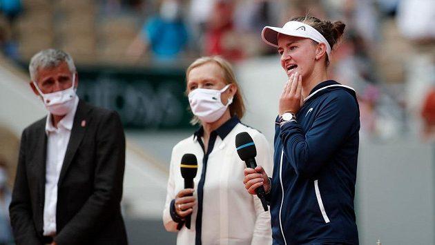 Barbora Krejčíková při ceremoniálu po finále s Martinou Navrátilovou.