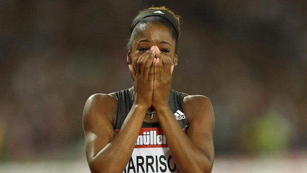 Američanka Kendra Harrisonová se raduje ze svého vlastního světového rekordu na 100 metrů překážek.
