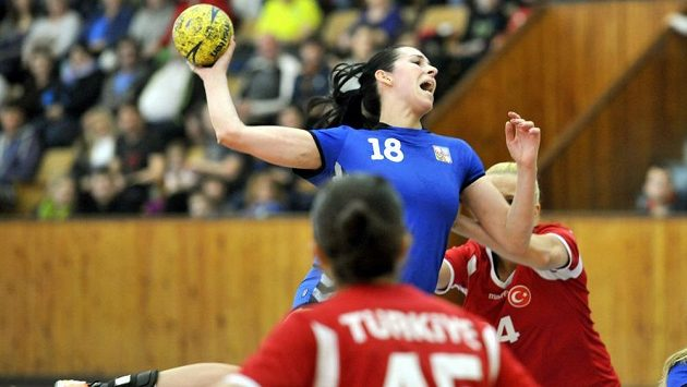 Na ilustračním snímku česká házenkářka Iveta Luzumová (18) a Merve Adiyamanová z Turecka.