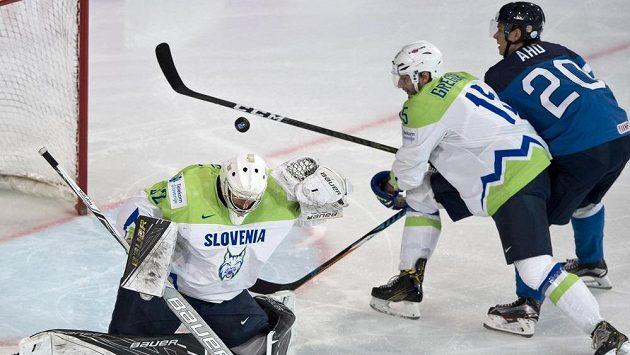 Zleva brankář Gašper Krošelj a Blaž Gregorc ze Slovinska a Sebastian Aho z Finska.