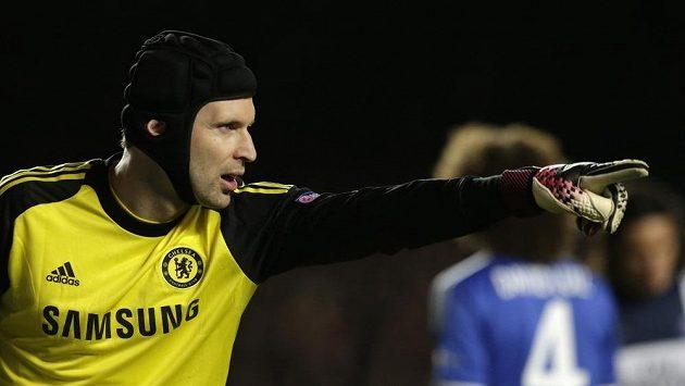Brankář Chelsea Petr Čech diriguje své spoluhráče v utkání s Paris Saint-Germain.