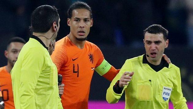 Nizozemský fotbalový reprezentant Virgil van Dijk byl dvojnásobným hrdinou. Nizozemsku jeho gól zajistil kýžený a potřebný bod, po utkání pak obránce ukázal, že má srdce na správném místě.