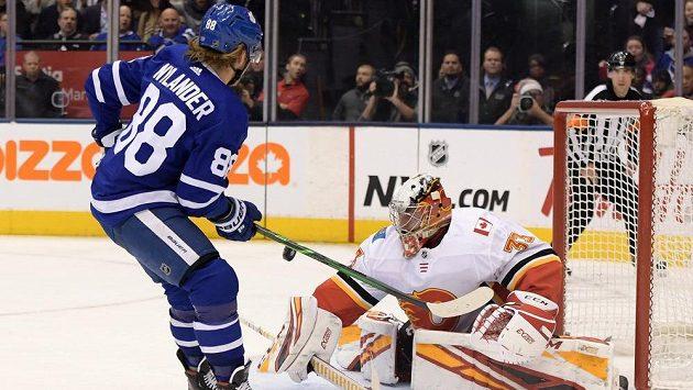 Brankář Calgary Flames David Rittich likviduje střelu Williama Nylandera z Toronta.