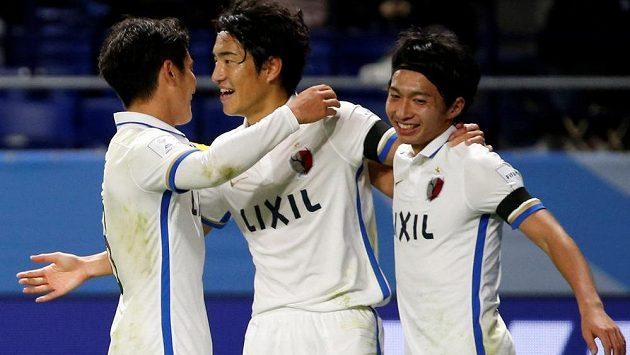 Fotbalisté Kašimy se radují z gólu.